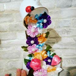Φέτα κύπελλο με λουλούδια, δώρα, εσωτερικό