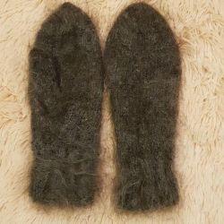 Woolen mittens.