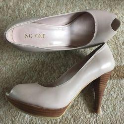 Çıplak ayakkabılar (NO ONE tarafından yeni)