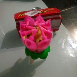 Kekin içinde doğum günü çiçeği mumları çözülür