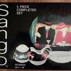 Ένα σύνολο πιάτων Sango Cafe America