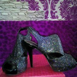 Нові жіночі блискучі туфлі.