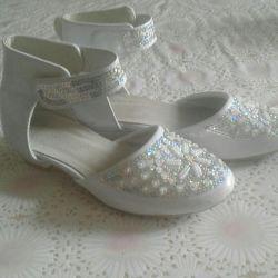 Pantofii noi elegant. Piele. Lac. margele