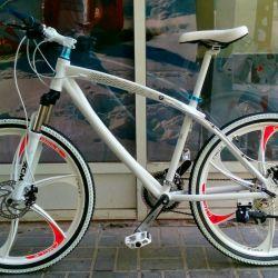 Beyaz döküm tekerlekler üzerinde beyaz BMW x1 bisiklet