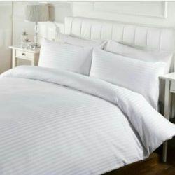 Beyaz yatak şerit saten