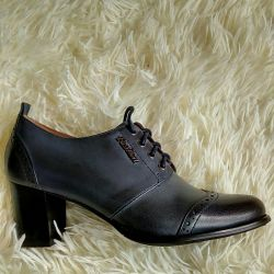 Shoes are demi-season.