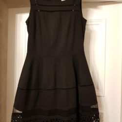 Το φόρεμα είναι μαύρο