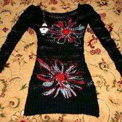 Noua rochie neagră de designer cu culori roșii