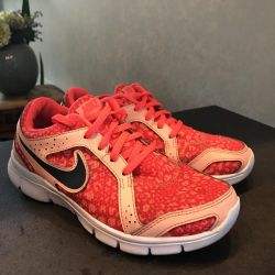 Stylish running Nike clutch sneakers for free