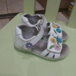 Kızlar için sandalet satışı