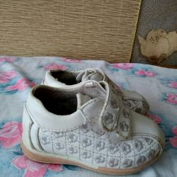 Sneakers on the daughter (8-12mes)