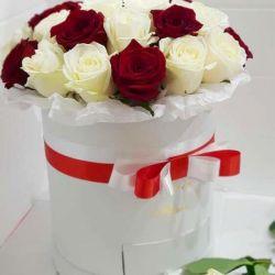 Розы в коробке. Подарочная коробка с макаронс.