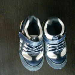 Μοντέρνα αθλητικά παπούτσια για το άνοιγμα 23