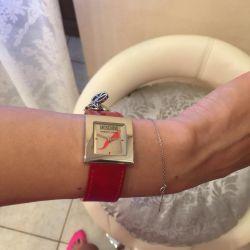 Moschino kırmızı saatler