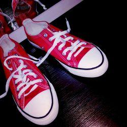 Yeni spor ayakkabısı. kırmızı ve diğer renkler
