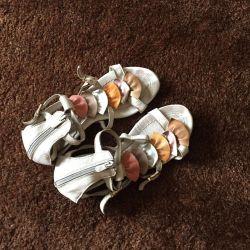 Deri sandaletler.