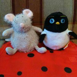 Pinguini și mouse-ul umplute cu jucării