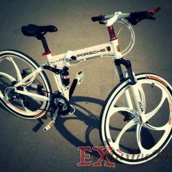 Beyaz döküm tekerlekler üzerinde beyaz Porsche bisiklet
