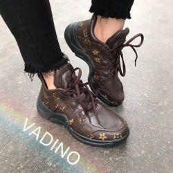 Καφέ αθλητικά παπούτσια των γυναικών