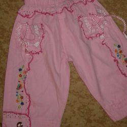 Νέο παντελόνι για ένα κορίτσι.