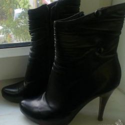 Women's boots with a heel 38 r