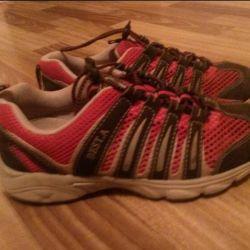 38 erkek çocuğu için spor ayakkabısı.