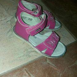 Kızlar için sandalet laklı satılmaktadır