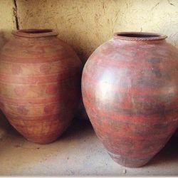 Старинный восточный глиняный кувшин ручной работы.
