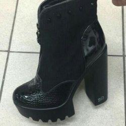 Οι μπότες του ποδιού είναι καινούργιες
