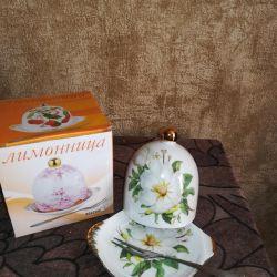 Μπισκότο και κύπελλο με πιατάκια