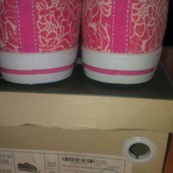Νέα αθλητικά παπούτσια με κούμπωμα Ινδονησία