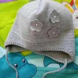 Demi-season hat on the girl