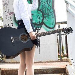 4/4 μαύρη κιθάρα με χρωμιωμένα μανταλάκια