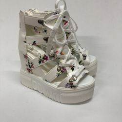 Sandalele White pe platformă