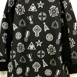 The sweatshirt is elongated. R.42 / 44