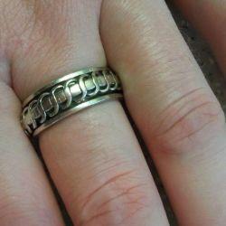Το δαχτυλίδι είναι αρσενικό, διπλό.