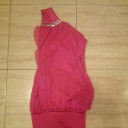 Rochie roz pentru un adolescent pe un umăr