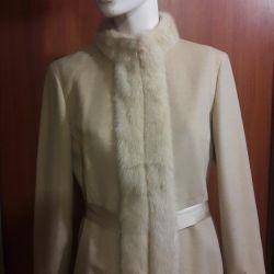Το παλτό είναι θηλυκό.