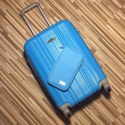 Маленький пластиковый чемодан