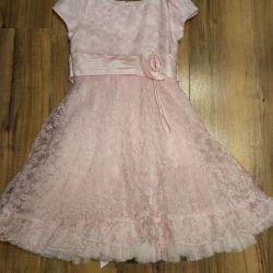 Το φόρεμα είναι κομψό, ύψος 128