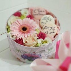 Λουλούδια σε ένα κουτί με macaroons