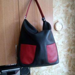 Μια μεγάλη γυναικεία τσάντα.