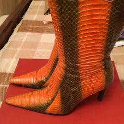Μπότες κάτω από το δέρμα των ερπετών