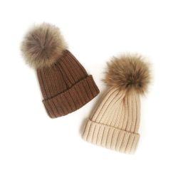 Ένα καπέλο με αφαιρούμενο pom-pon από nat.meha.