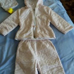 Selling demi-season costume for a girl in an excellent