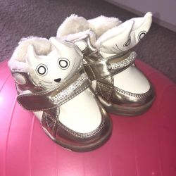 Bebek için birçok farklı ayakkabı