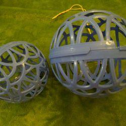 Две сферы для клубков при вязании.