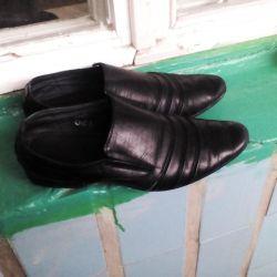 Παπούτσια για ένα αγόρι.