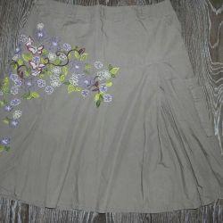 Όμορφη φούστα με κεντήματα