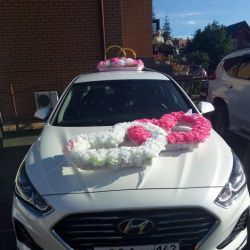 Wedding decorations on the car